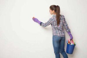 membersihkan dinding plamir rumah
